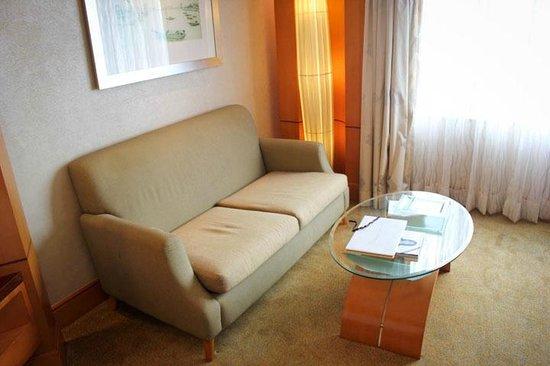 Makati Shangri-La Manila: Inside the Room