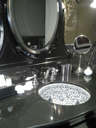 Hotel Muse Bangkok Langsuan, MGallery Collection : Bathroom
