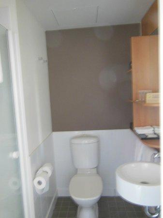 Ibis Sydney Darling Harbour : Compact bathroom