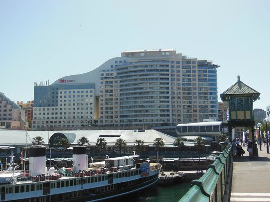 Ibis Sydney Darling Harbour : View of hotel from Pyrmont bridge