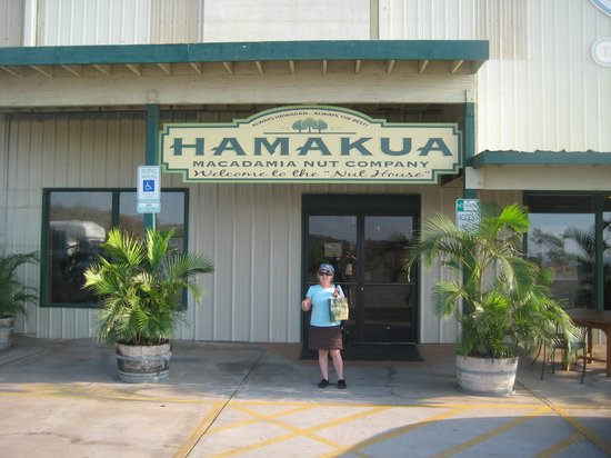 Hamakua Macadamia Nut Co: outside the store