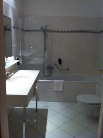 Austria Trend Hotel Astoria Wien: Salle de bain aussi grande que la chambre