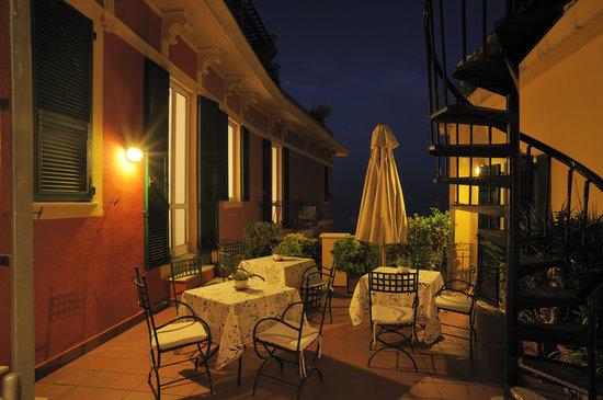 Terrazze arredate e illuminate - Picture of Residence Le Terrazze ...