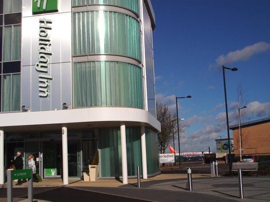 Holiday Inn Southend: Hotel entrance with Southen airport in bakground