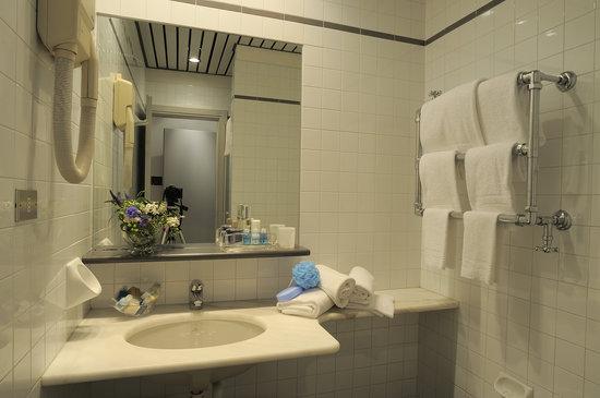 Residence Le Terrazze: Un bagno tipo con fon e scaldasalviette