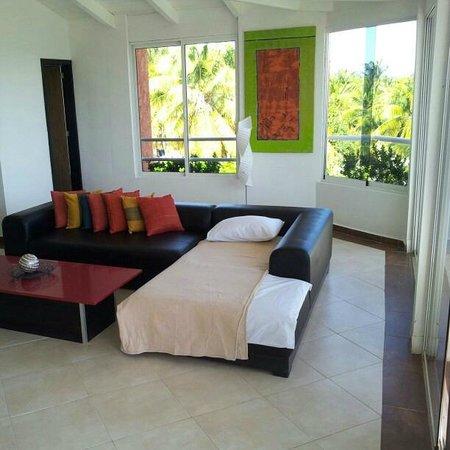 Hotel Surf Paradise: Sala com sofá-cama