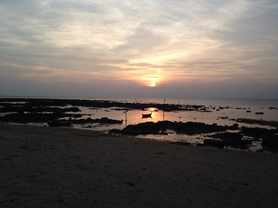 Lanta New Coconut Bungalow: The sunset , tide is out and a lot of rocks but not a problem:)