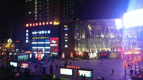 Le Meridien Chongqing Nan'an: Shopping Mall Opposite the Hotel