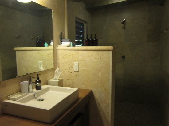 Cooper Island Beach Club: Large bathroom with modern fixtures and all natural products provided