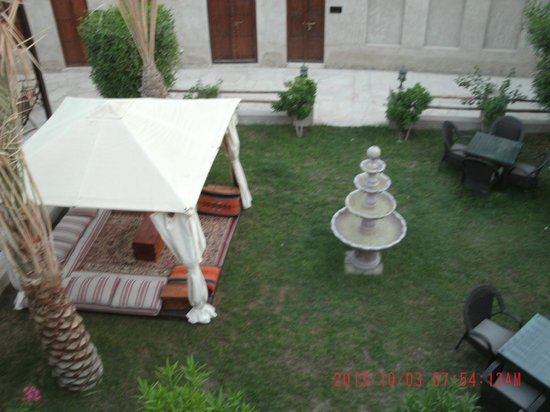 Barjeel Heritage Guest House: The inner courtyard, roof view.