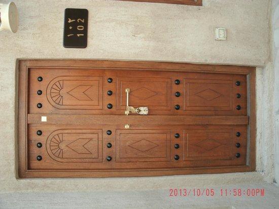 Barjeel Heritage Guest House: Traditional door.