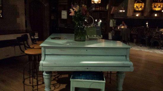 Pitcher & Piano - Nottingham: Piano compondo o salão. Detalhes que dão charme ao local.