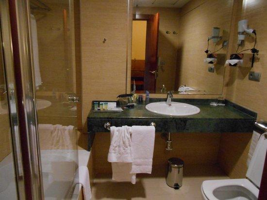 Senator Granada Spa Hotel : Spacious bathroom