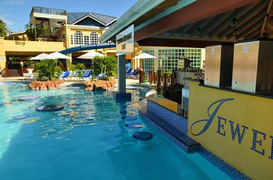 Jewel Paradise Cove Resort & Spa Runaway Bay, Curio Collection by Hilton: Swim up bar