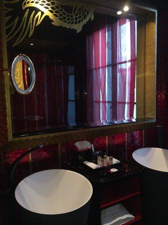 Buddha-Bar Hotel Paris : bathroom