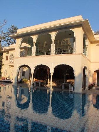 Samode Haveli : gorgeous pool set in garden with modern gym above the bar