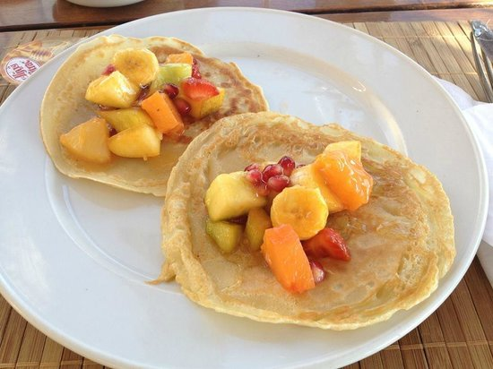 Dahab Paradise: Pancakes with fruit and honey for breakfast.