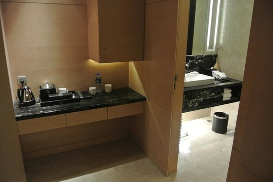 Crowne Plaza Xi'an : Pantry beside the bath room. Toilet is on the other side.