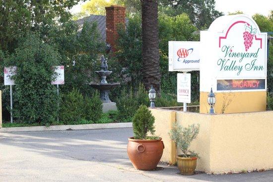 Vineyard Valley Inn: Hotel Front