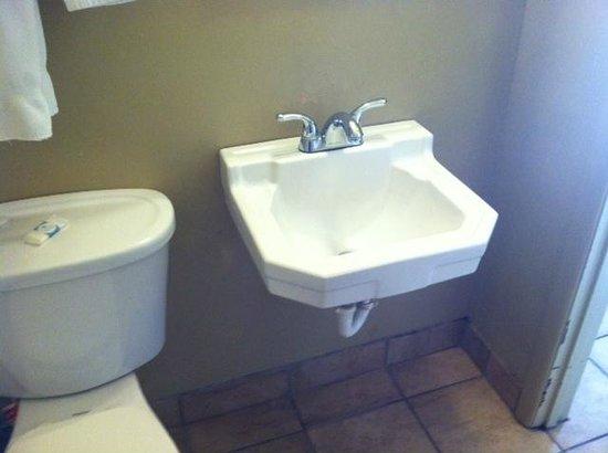Grande Vista Motel : New fixtures and tiles in bathroom