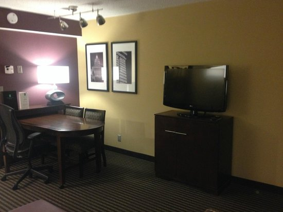 Embassy Suites by Hilton Hotel Des Moines Downtown: Artwork & nice work space