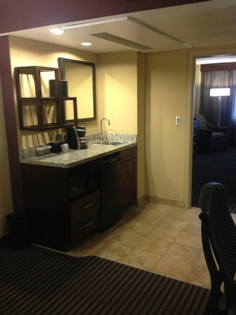Embassy Suites by Hilton Hotel Des Moines Downtown: Wet bar area