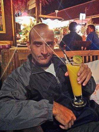 Cafeopera Live - Kata Beach: L'amico Cristian,barman che apprezza un ottimo cocktail