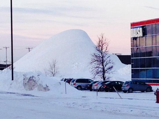 Courtyard Montreal Airport: Picture of huge snow pile across from hotel entrance