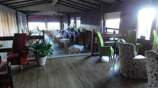 Hotel y Cabanas Los Alerces: Salon comedor vista al lago