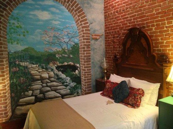 The Peerless Hotel : handpainted trompe-l'oeil wall murals Guest Room #1