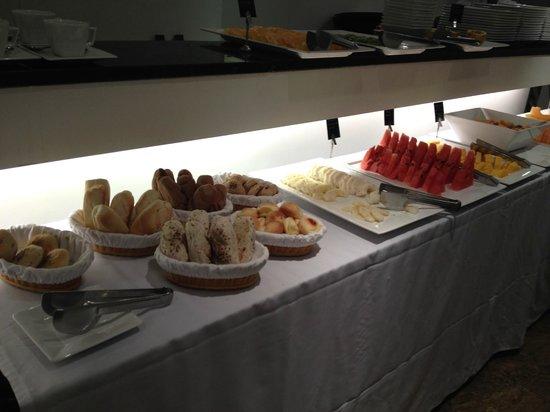 Ipanema Inn: desayuno variedad de frutas frescas