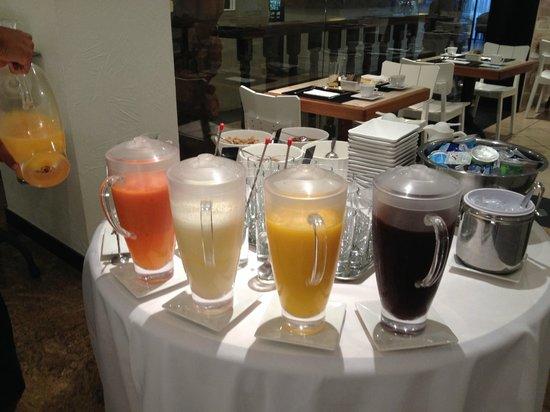 Ipanema Inn : variedad de jugos.. Açaí!!! lo probe... es rico