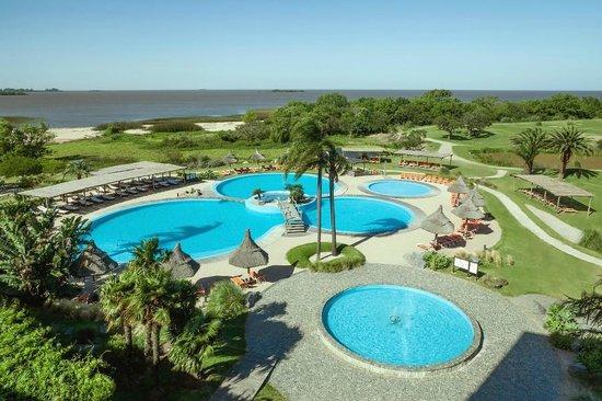 Sheraton Colonia Golf & Spa Resort: Piscinas exteriores frente al Rio de la Plata