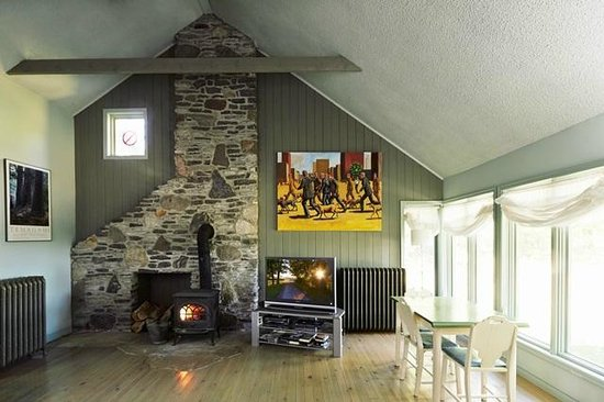 By Chadsey's Cairns Winery and Vineyard: family room in the Rental home