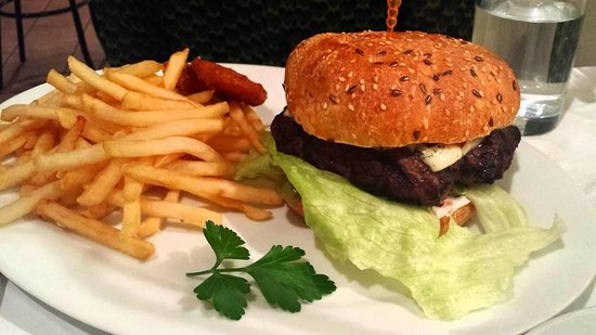 Conchiglia: Burger (students night) - obviously not Italian but good