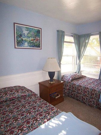 Wilshire Motel: (2) bedroom unit with (1) queen bed/(2) single beds shown here