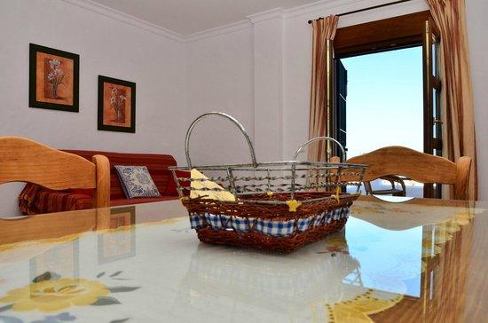 Apartamentos O2 Conil: Salón de un apartamento con terraza vista mar