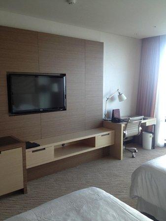 Sheraton Seoul D Cube City Hotel: TV and Desk area