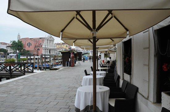Hotel Carlton on the Grand Canal : Tables to just sit,eat,drink and be merry at outside front lobby facing Grand Canal & train stat