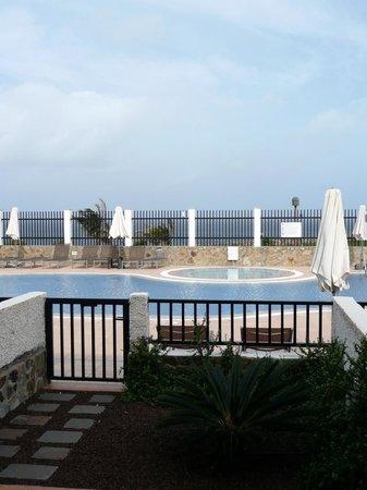 Hotel Roca Negra: Poolbereich / Zimmeraussicht