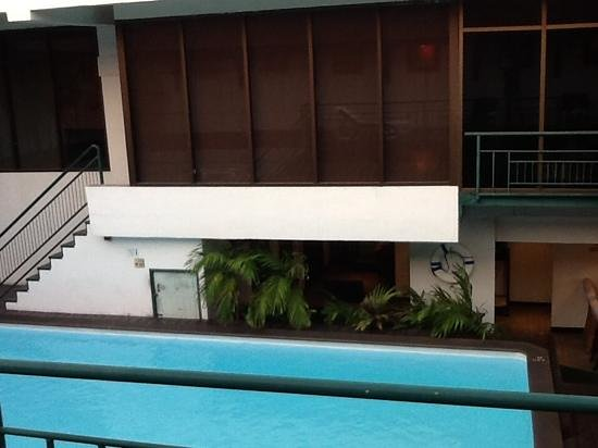Pinnacle Lumpinee Park Hotel : swimming pool which need some cleaning
