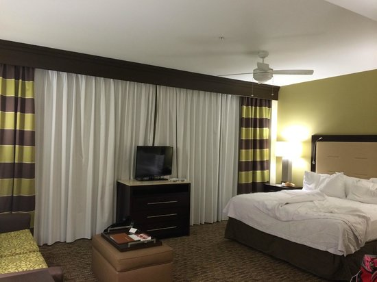 Homewood Suites by Hilton Dallas Downtown: Living and bedroom areas