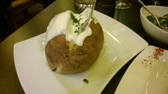 Steakhouse ASADOR: Ofenkartoffel mit Sauerrahm