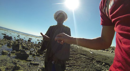 Rihana Guest House : Talking non-verbal with one of the local fishermen