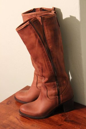 Goccia Shoes: Tall boots with a zipper that can be zipper up.