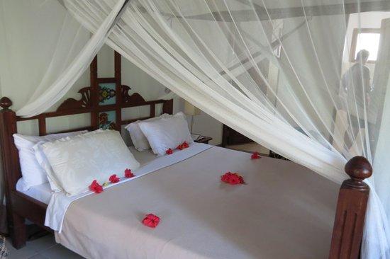 Spice Island Hotel Resort Zanzibar : Bett wird jeden Tag liebevoll gerichtet morgens und abends