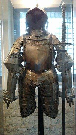 Museo delle Armi Luigi Marzoli e Museo del Risorgimento: una delle armature esposte nelle sale
