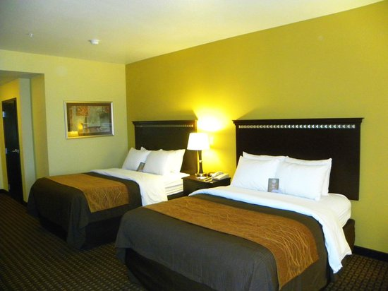 Queen room with truly yours bedding picture of comfort for Comfort inn bedding
