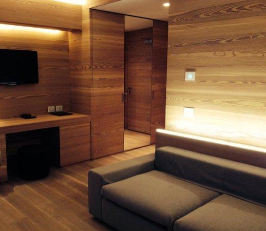 """Lajadira Hotel: Il soggiorno della suite """"5 torri"""""""
