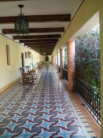 Hotel Hacienda Uxmal Plantation & Museum: couloir davant les chambres